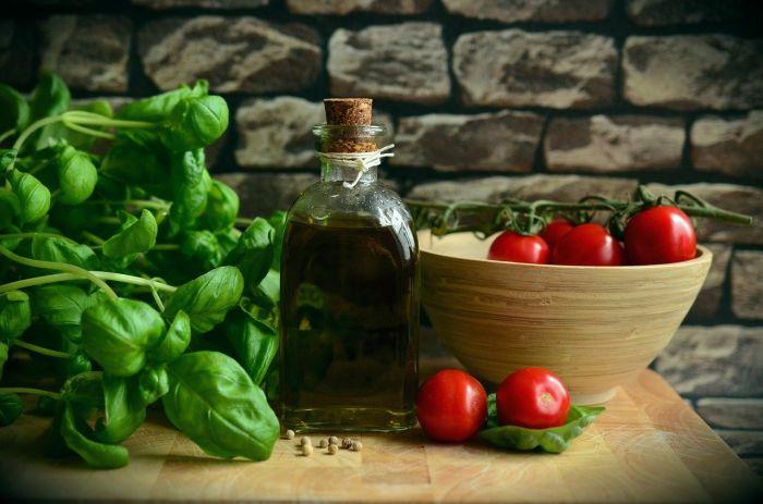 Aceite de oliva y albahaca para aderezar las comidas