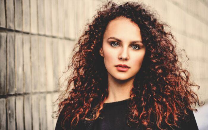 Cómo reducir el frizz del cabello